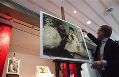 """Diretor da coleção Buehrle, Lukas Gloor, explica os danos em uma reprodução da obra impressionista """"Ludovic Lepic e sua Filha"""" de Edgar Degas e uma pintura original de Paul Cézanne no fundo durante coletiva de imprensa em Kunsthaus, em Zurique. 27/04/2012 REUTERS/Michael Buholzer"""
