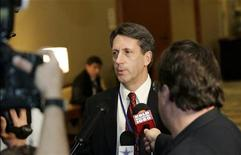 NFL spokesman Greg Aiello announces a six-year deal with the NFL Players Association has been approved at the NFL owners meeting at the DFW International Airport in Dallas, Texas March 8, 2006. REUTERS/Mike Stone