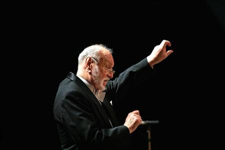 German maestro Kurt Masur conducts France's National Orchestra during a concert as part of their European festival tour in the northern Spanish town of Santander August 23, 2006. REUTERS/Victor Fraile