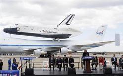 Leonard Nimoy discursa após o ônibus espacial Enterprise, sobre um 747 modificado pela NASA, aterrisar no aeroporto JFK em Nova York, 27 de abril de 2012. REUTERS/Keith Bedford