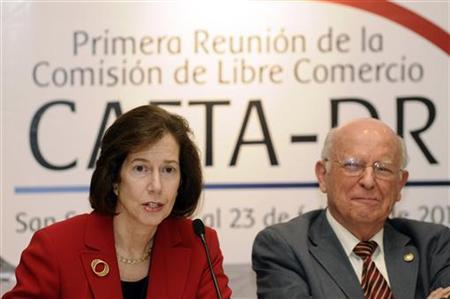 Miriam E. Sapiro (L), Deputy U.S. Trade Representative, speaks as Hector Dada Hirezi, El Salvador's Minister of Economy, looks on during a news conference REUTERS/Oscar Rivera