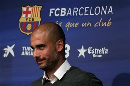 4月27日、サッカーのスペイン1部、バルセロナの指揮官を今季限りで退任するグアルディオラ監督(写真)は、後任にビラノバ・コーチを昇格させる人選について、「賢明な判断」と評した。バルセロナで撮影(2012年 ロイター/Albert Gea)