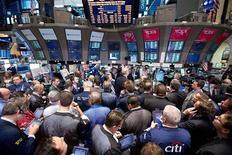 Трейдеры на Нью-Йоркской фондовой бирже 19 апреля 2012 года. Американские фондовые рынки выросли в пятницу благодаря превысившим ожидания Уолл-стрит отчетам Amazon.com и Expedia Inc. REUTERS/Dario Cantatore/NYSE Euronext/Handout