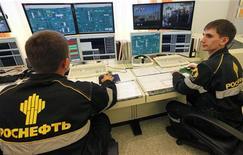 Специалисты работают в диспетчерской завода компании Роснефть под Красноярском, 9 сентября 2011 года. Совет директоров Роснефти рекомендовал дивиденды за 2011 год в размере 3,45 рубля на акцию, сообщила компания в субботу. REUTERS/Ilya Naymushin
