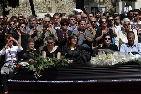 Mourners appalud as they attend a funeral ceremony of Dimitris Christoulas, who shot himself at central Syntagma square last Wednesday, in Athens April 7, 2012. REUTERS/John Kolesidis