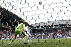 O goleiro do Newcastle United, Tim Krul (esquerda), observa enquanto a bola disparada por Victor Moses, do Wigan Athletic, ultrapassa-o e marca um gol durante sua partida da Liga Inglesa, 28 de abril de 2012. REUTERS/Eddie Keogh
