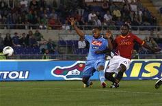 Fabio Simplico (direita), do Roma, chuta e marca um gol enquanto Zuniga (esquerda), do Napoli, tenta interrompê-lo na partida da série A da Liga Italiana no estádio Olímpico em Roma, 28 de abril de 2012. REUTERS/Alessandro Bianchi
