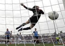 Mirko Vucinic (terceiro à esquerda), do Juventus, chuta e marca um gol contra o goleiro do Novara, Alberto Fontana, durante sua partida da série A da Liga Italiana no estádio de Piola, em Novara, 29 de abril de 2012. REUTERS/Alessandro Garofalo