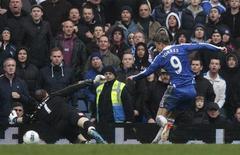 Fernando Torres (direita), do Chelsea, chuhta e marca seu primeiro gol sobre o goleiro do Queens Park Rangers, Patrick Kennedy, durante uma partida da Liga Inglesa no estádio de Stamford Bridge, em Londres, 29 de abril de 2012. REUTERS/Eddie Keogh