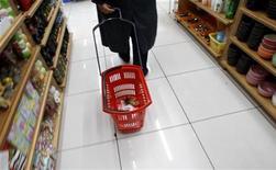 Un'immagine d'archivio di una persona che fa la spesa. REUTERS/Yiorgos Karahalis
