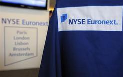 <p>NYSE Euronext annonce pour le premier trimestre un bénéfice net en baisse de 32% à 121 millions de dollars (91 millions d'euros). L'opérateur boursier évoque un environnement opérationnel difficile et les coûts résultants de sa fusion ratée avec la Deutsche Börse. /Photo d'archives/REUTERS/Philippe Wojazer</p>