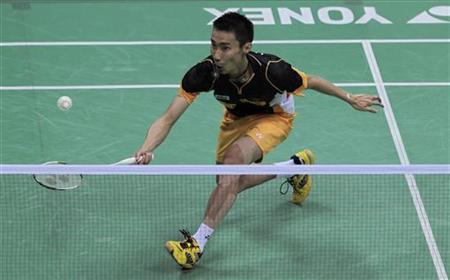 Lee Chong Wei of Malaysia returns a shot against Shon Wan-Ho of South Korea during their men's single final match at the India Open Super Series badminton tournament in New Delhi April 29, 2012. REUTERS/Adnan Abidi