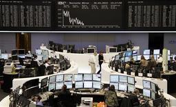 <p>Les Bourses européennes reculaient légèrement à mi-séance, après une brève ouverture dans le vert. A Francfort, le Dax gagnait 0,16% et à Londres, le FTSE cédait 0,35%. A Paris, le CAC 40 reculait de 0,67% /Photo prise le 30 avril 2012/REUTERS/Remote/Marte Kiessling</p>