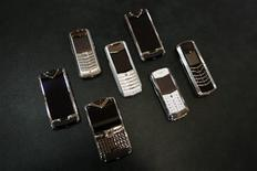 <p>Nokia a engagé des discussions en vue de la vente de sa marque britannique de luxe Vertu, qui commercialise certains des téléphones portables les plus chers du monde, selon une source proche de la stratégie de la société. /Photo prise le 30 avril 2012/REUTERS/Umit Bektas</p>