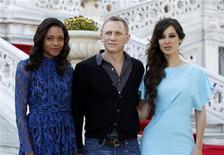 """Integrantes do elenco do novo filme do James Bond """"Skyfall"""" Berenice Marlohe (D), Daniel Craig (C) e Naomie Harris posam para a mídia em frente ao palácio Ciragan, em Istambul. 29/04/2012 REUTERS/Osman Orsal"""