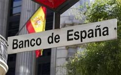 El Banco de España se encuentra actualmente consultando con expertos internacionales en banca e inmobiliaria sobre la fórmula en que se estructurará el traspaso a un holding externo de los activos tóxicos del ladrillo en manos de las entidades financieras españolas, dijeron dos fuentes el lunes a Reuters. En la imagen, un cartel del Banco de España en la estación de metro del mismo nombre el 3 de agosto de 2011 en Madrid. REUTERS/Paul Hanna