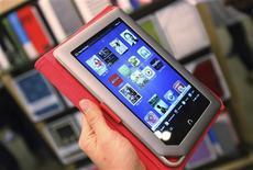 <p>La Nook Tablet de Barnes & Noble présentée à New York. Microsoft va investir 300 millions de dollars (227 millions d'euros environ) dans les activités d'édition numérique et d'édition scolaire du groupe de librairies, afin de prendre pied sur le marché de l'e-book. /Photo prise le 7 novembre 2011/REUTERS/Shannon Stapleton</p>