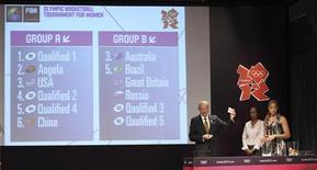 Diretor de esportes da FIBA e ex-estrela do basquete Lubomir Kotleba (E) segura um número para a Grã-Bretanha ao lado de jogadoras brasileiras durante o sorteio para o torneio feminino de basquete da Olimpíada de Londres, na sede do Comitê Olímpico Brasileiro no Rio de Janeiro. 30/04/2012 REUTERS/Sergio Moraes