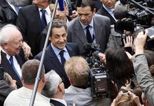 <p>Bain de foule pour Nicolas Sarkozy à son arrivée à Chateaurenard, bourgade des Bouches-du-Rhône, avant une réunion publique à Avignon. A six jours du second tour de l'élection présidentielle, Nicolas Sarkozy est allé lundi rameuter les abstentionnistes dans deux départements qui ont voté massivement au premier pour la candidate du Front national, Marine Le Pen. /Photo prise le 30 avril 2012/REUTERS/Philippe Laurenson</p>