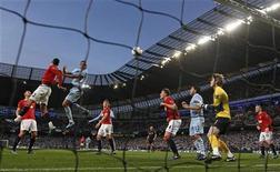 Vincent Kompany marca de cabeça o gol da vitória do Manchester City sobre o Manchester United no estádio Etihad, em Manchester. 30/04/2012 REUTERS/Darren Staples