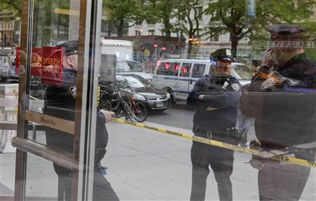 New York City police officers stand guard outside a Wells Fargo bank branch that received suspicious envelopes containing white powder, in New York City April 30, 2012. REUTERS/Lee Celano