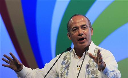 Mexico's President Felipe Calderon addresses the CEO Summit a day before the Americas Summit in Cartagena, April 13, 2012. The leaders summit will be held April 14-15. REUTERS/Jose Miguel Gomez