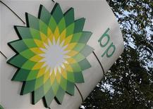 <p>Le bénéfice de BP a davantage baissé que prévu au premier trimestre malgré une hausse des cours du brut sur la période, la production du géant pétrolier britannique ayant baissé après que ce dernier a été contraint de céder des actifs pour couvrir les coûts liés à la gigantesque marée noire de 2010. Le bénéfice net ajusté des coûts de remplacement de BP est ressorti à 4,93 milliards de dollars sur les trois premiers mois de l'année, contre 5,61 milliards il y a un an. /Photo d'archives/REUTERS/Toby Melville</p>