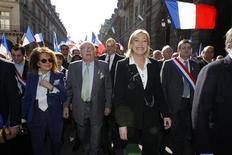 <p>Plusieurs milliers de sympathisants de Marine Le Pen ont commencé à défiler mardi matin à Paris en l'honneur de Jeanne d'Arc, dont c'est le 600e anniversaire de la naissance, lors d'un 1er-Mai très politique à cinq jours de la présidentielle. /Photo prise le 1er mai 2012/REUTERS/Benoît Tessier</p>