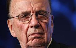 O presidente-executivo da News Corporation, Rupert Murdoch, ouve considerações do conselho do Wall St. Journal em Washington, 16 de novemrbo de 2009. Murdoch não está apto para conduzir uma empresa de porte internacional, disseram legisladores britânicos nesta terça-feira, responsabilizando-o por uma cultura de grampos telefônicos que abalou seu império midiático News Corporation. REUTERS/Kevin Lamarque