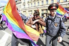 Policial russo prende um ativista de direitos gays durante um protesto em São Petersburgo, 1º de maio de 2012. REUTERS/Stringer