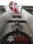 <p>La banque helvétique UBS a publié mercredi un bénéfice net trimestriel réduit de plus de moitié par une charge exceptionnelle de 1,16 milliard de francs suisses (956 millions d'euros) liée aux charges sur sa dette. /Photo d'archives/REUTERS/Arnd Wiegmann</p>