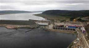 Строительство Богучанской гидроэлектростанции недалеко от Кодинска, 28 июля 2011 г. Власти РФ незначительно сократили инвестиционную программу крупнейшей в стране гидрогенерирующей госкомпании РусГидро на текущий год - до 98,3 миллиарда рублей, следует из приказа министерства энергетики, который есть в распоряжении Рейтер. REUTERS/Ilya Naymushin