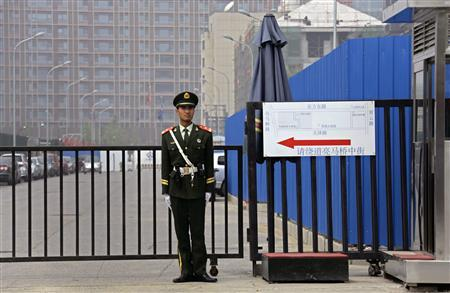 A paramilitary police officer stands guard outside the U.S. embassy in Beijing April 30, 2012. The United States faces a tense week in China as high-level talks on trade and global hot spots like Iran and North Korea open in the shadow of a blind Chinese activist's bold escape from house arrest to seek U.S. protection in Beijing. REUTERS/Petar Kujundzic