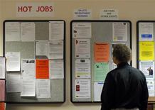 <p>Le rythme des créations d'emplois dans le secteur privé le mois dernier aux Etats-Unis s'est révélé nettement inférieur aux attentes, selon les résultats de l'enquête mensuelle ADP publiés mercredi.Il a été créé 119.000 emplois en avril, alors que le marché attendait 177.000 postes supplémentaires. /Photo d'archives/REUTERS/Brian Snyder</p>