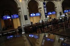<p>La plupart des Bourses européennes se sont retournées à la baisse mercredi en début d'après-midi, l'enquête ADP aux Etats-Unis montrant un nombre de créations de postes inférieur aux attentes pour le mois d'avril. A 14h25, la Bourse de Madrid plonge de 3,25% et le CAC 40, qui gagnait près de 1% à la mi-journée, est lui stable à 3.213,65 points (+0,03%). /Photo d'archives/REUTERS/Susana Vera</p>