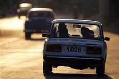 """Автомобиль кубинской полиции в Гаване 3 октября 2009 года. Новость об окончательном прекращении производства """"семерок"""" помогла Автовазу увеличить продажи этих автомобилей в апреле в полтора раза, следует из сообщения компании. REUTERS/Desmond Boylan"""