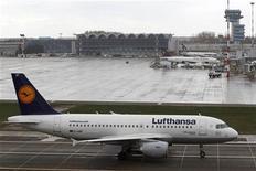 <p>Deutsche Lufthansa a publié mercredi une perte trimestrielle plus élevée que prévu, attribuée à la flambée du coût du kérosène. La perte d'exploitation du premier trimestre se monte à 381 millions d'euros contre un solde négatif de 169 millions un an auparavant. /Photo prise le 30 mars 2012/REUTERS/Bogdan Cristel</p>
