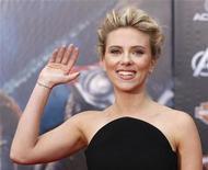 """A atriz Scarlett Johansson posa na estreia mundial do filme """"Os Vingadores"""" em Hollywood, California, 11 de abril de 2012. REUTERS/Danny Moloshok"""