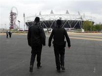Policiais são vistos próximos ao Estádio Olímpico no Parque Olímpico em Londres, 2 de maio de 2012. Os organizadores da Olimpíada de Londres 2012 se preparavam para o maior teste do Parque Olímpico nesta quarta-feira, ao mesmo tempo em que garantiam aos espectadores que a segurança similar à vista no aeroporto não significaria horas de fila para entrar no local. REUTERS/Eddie Keogh