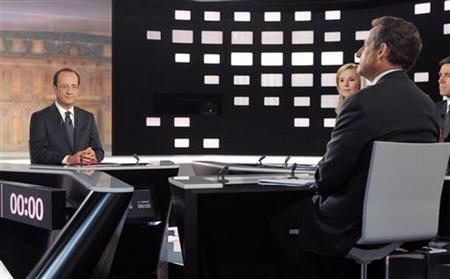 Francois Hollande (L), Socialist party candidate for the 2012 French presidential election, and Nicolas Sarkozy (R), France's President and UMP party candidate for his re-election, are see with journalists David Pujadas (2ndR) and Laurence Ferrari (2ndL) before a televised debate at studios in La Plaine Saint-Denis, near Paris, May 2, 2012. REUTERS/Patrick Kovarik/Pool
