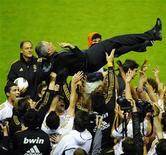 Jogadores levantam o técnico do Real Madrid, José Mourinho, após a conquista do título espanhol nesta quarta-feira. REUTERS/Vincent West