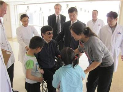 Blind activist Chen Guangcheng (C) speaks with his wife Yuan Weijing (2nd R) and children as U.S. ambassador to China Gary Locke (facing camera, 3rd R) and U.S. Assistant Secretary of State for East Asian and Pacific Affairs Kurt Campbell (facing camera, 4th R) stands nearby in a Beijing hospital, in this handout picture from the U.S. embassy Beijing Press office taken May 2, 2012. REUTERS/U.S. Embassy Beijing Press Office/Handout