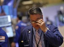 Трейдер работает в торговом зале нью-йоркской фондовой биржи, 2 мая 2012 года. Фондовые рынки США снизились в среду на фоне данных, указавших на замедление роста числа рабочих мест ниже ожиданий в апреле, вызывая опасения о том, что пятничная статистика занятости может разочаровать инвесторов. REUTERS/Brendan McDermid