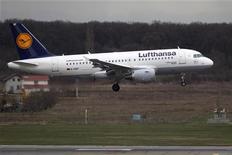Самолет готовится к посадке в аэропорту под Бухарестом, 30 марта 2012 года. Рост цен на авиатопливо ударил по результатам Deutsche Lufthansa в первом квартале, сообщила в четверг крупнейшая авиакомпания Германии. REUTERS/Bogdan Cristel