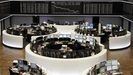 Торговый зал Франкфуртской фондовой биржи, 2 мая 2012 года. Европейские рынки акций открылись повышением котировок, так как Уолл-стрит выросла накануне, а слабые экономические показатели Европы и США возродили надежду на новые стимулирующие меры. REUTERS/Remote/Amanda Andersen