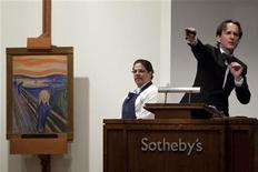 """Аукционист принимает преложения о покупке картины Эдварда Мунка """"Крик"""" в ходе аукциона Sotheby's в Нью-Йорке, 2 мая 2012 года. Картина Эдварда Мунка """"Крик"""", одно из самых узнаваемых произведений изобразительного искусства, ушла с молотка на аукционе Sotheby's за рекордные $120 миллионов. REUTERS/Andrew Burton"""