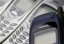 Телефоны Nokia в Цюрихе 30 апреля 2012 года. Уходящий со своего поста председатель Nokia Йорма Оллила пообещал разочарованным инвесторам, что компания начнет производство новых мобильных устройств и добьется изменения своего положения на рынке к лучшему. REUTERS/Christian Hartmann