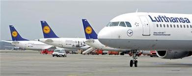 Самолет Airbus A321 авиакомпании Lufthansa в аэропорту Фульсбюттеля в Гамбурге, 14 марта 2012 г. Рост цен на авиатопливо ударил по результатам Deutsche Lufthansa в первом квартале, сообщила в четверг крупнейшая авиакомпания Германии. REUTERS/Fabian Bimmer