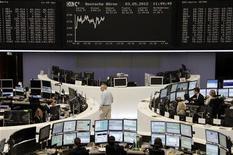 Трейдеры на торгах фондовой биржи во Франкфурте-на-Майне 3 мая 2012 года. Европейские акции растут благодаря высоким квартальным показателям банка Societe Generale и телекоммуникационной компании France Telecom. REUTERS/Remote/Kirill Iordansky