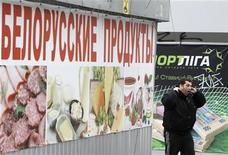 Человек проходит мимо магазина белорусских продуктов в Киеве 1 марта 2012 года.Белоруссия отменила введенные больше года назад ограничения на импорт украинского пива, столкнувшись с последствиями ответной меры Киева, закрывшего свой рынок для белорусской мясомолочной продукции. REUTERS/Gleb Garanich